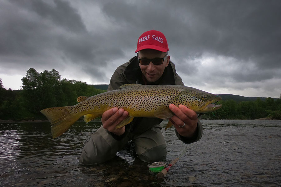Bernd Ziesche landed a big trout in river Glomma at Kvennan Fly Fishing